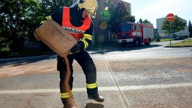Sto litrů oleje vyteklo z popelářského vozu ve Varnsdorfu.