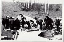 Fotografie z března 1972 po otevření místa dopadu letadla policií.