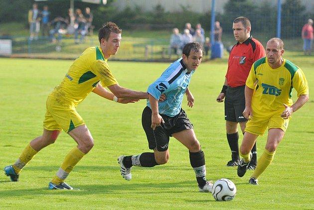 DOBRÝ ÚVOD. Fotbalisté SK Stap Tratec Vilémov (v modrém) porazili Slavoj Žatec 1:0.