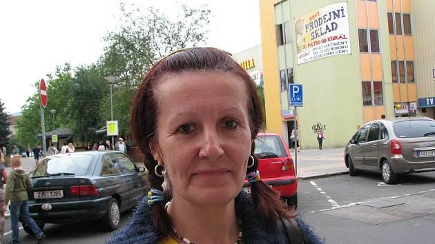 Mirka Prokischová: Určitě není. Parkovací místa chybí hlavně v centru města. Je to hrůza.