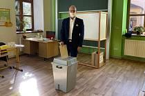 Volit dorazil během pátečního odpoledne také senátor Zbyněk Linhart, který hlasoval ve své domovské Krásné Lípě.