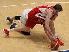 BOJOVAL. Kapitán Děčína  Jakub Houška je na snímku schovaný v netradičním souboji o míč s Ondřejem Kohoutem z Pardubic. Houška dal 12 bodů, na vítězství to nestačilo.