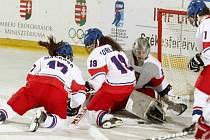 BRONZOVÉ MEDAILE. Dominika Forejtová (uprostřed) pomáhá společně s Martinou Maškovou své brankářce v utkání proti Rusku.