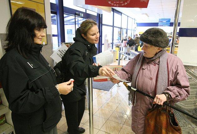 Policie v Děčíně rozdává během prosince v děčínských obchodech varovné letáčky. Akce pokračuje až do 6.ledna.