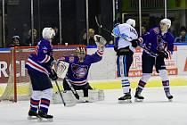 BEZ ŠANCE. Děčínští hokejisté (modré dresy) prohráli ve Vrchlabí vysoko 10:3.