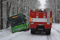 Autobus na Sněžník sjel do příkopu.
