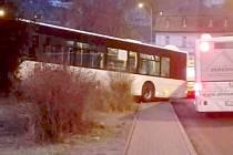 Nehoda autobusu v Děčíně. Řidič zemřel za jízdy.