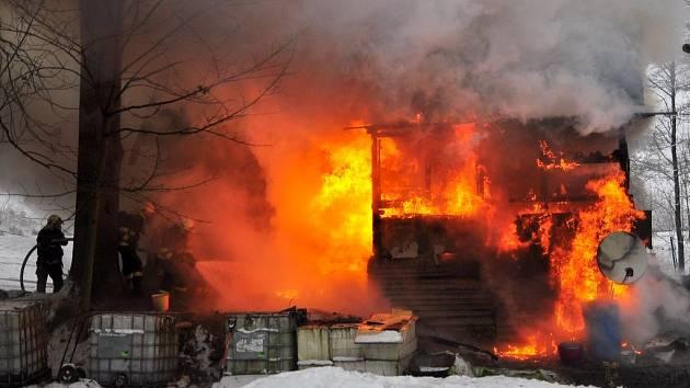 Požár chaty v obci Rybniště.