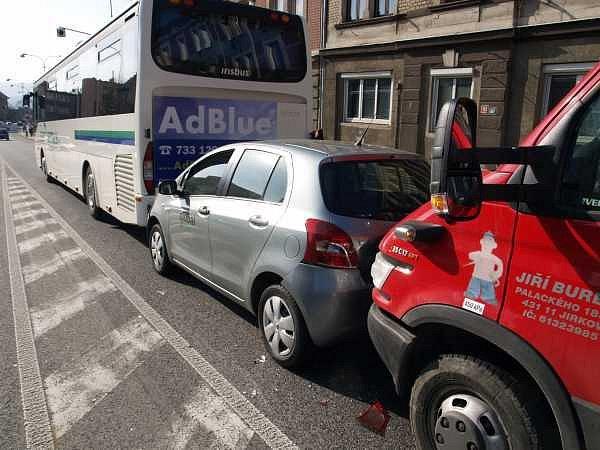 Rovný úsek Kamenické ulice v Děčíně svádí k tomu, aby se řidiči plně nevěnovali jen řízení