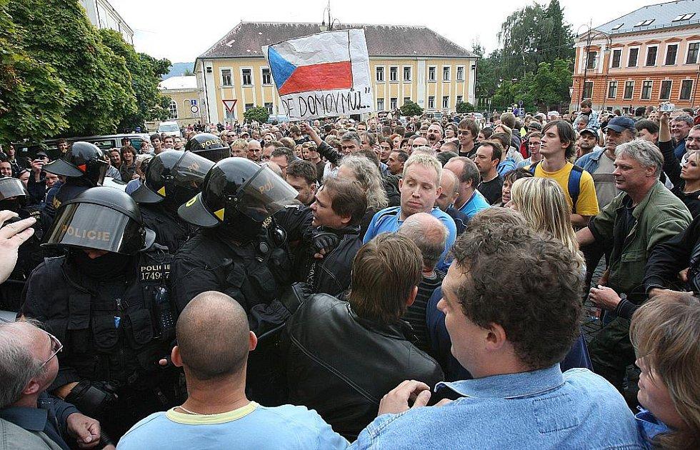 Zpočátku klidná páteční demonstrace ve Varnsdorfu, kterou opět svolal Lukáš Kohout, falešný létající asistent poslance Jana Kavana, se zvrhla na potyčky stovek lidí s policií.