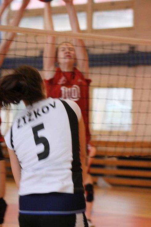 SKVĚLÝ VÝKON předvedly volejbalistky děčínského Spartaku (v červeném), když na domácí palubovce jednou dokázaly porazit první Sokol Žižkov.