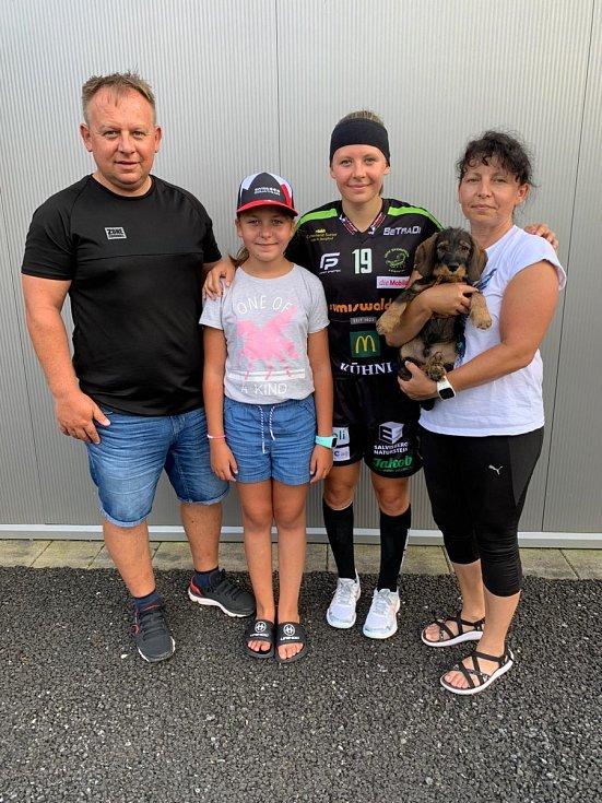 Nikol Pekárková, rodačka z České Lípy, má za sebou první zahraniční sezonu. Ve Švýcarsku získala s týmem UHV Skorpion Emmental ligové stříbro.