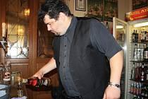 Stanislav Pavlus z hotelu Pošta nalévá po skončení prohibice.