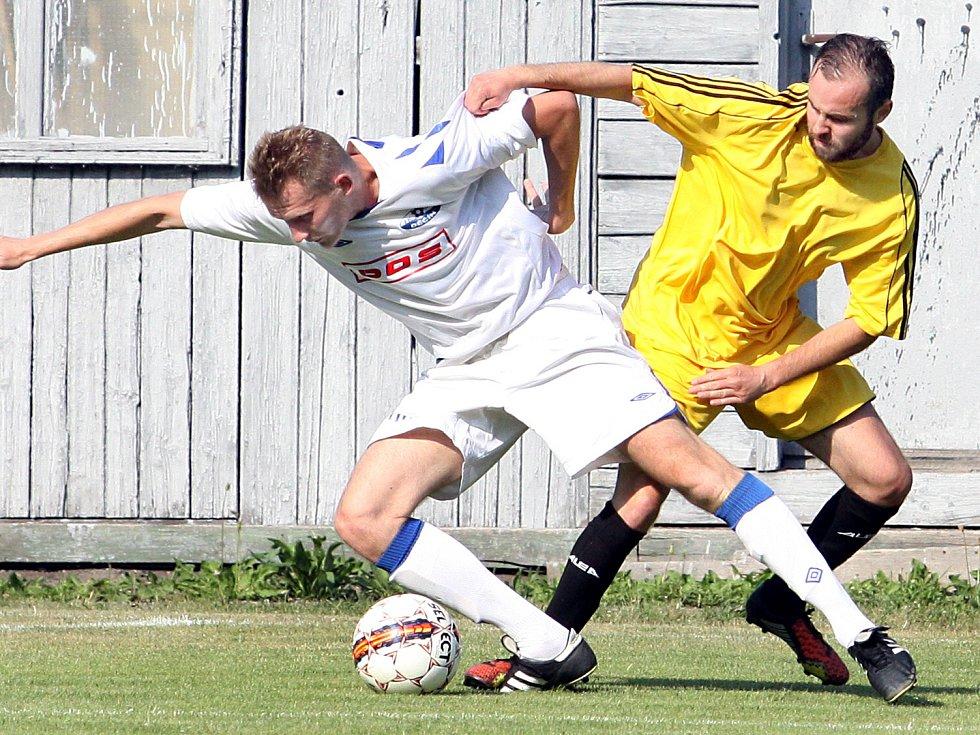 JEDEN Z NEJZKUŠENĚJŠÍCH. Obránce Junioru Děčín Martin Stach (vlevo) by měl zůstat v kádru i pro příští sezónu.