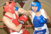 BOXEŘI ZAČALI REMÍZOU. Zápasy mezi Třeboní a Děčínem nabídly divákům parádní box. Štěpán Pitra (na archivním snímku vpravo) jasně porazil ve váze 64 kg domácího Ambrozka.