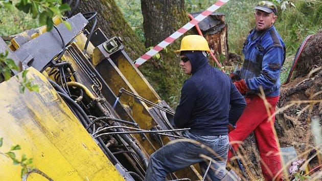 Rozebírání velkého železničního jeřábu v Brtníkách