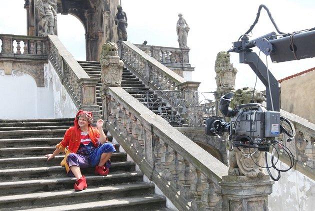 V děčínské Růžové zahradě pokračuje natáčení pohádky Princezna Ano. V roli šaška se představil Radek Holub, v roli princezny ANO Kateřina Hajduková a chlapce NE hraje Josef Weinzettel.