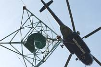 Přeprava rozhledny z českokamenického fotbalového hřiště na vrh Studenec začala.