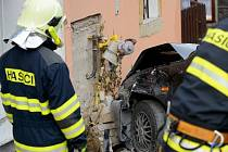 Osobní auto při nehodě poškodilo plynovou přípojku.