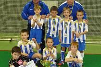 STŘÍBRNÁ PARTA FAPV DĚČÍN. Trenér Nácar, Kvíz, Šedivý, Žák, Dufek, trenér Donát. Zleva pak sedí Fujera, Mašek, Šuman, na snímku leží brankář Perl.