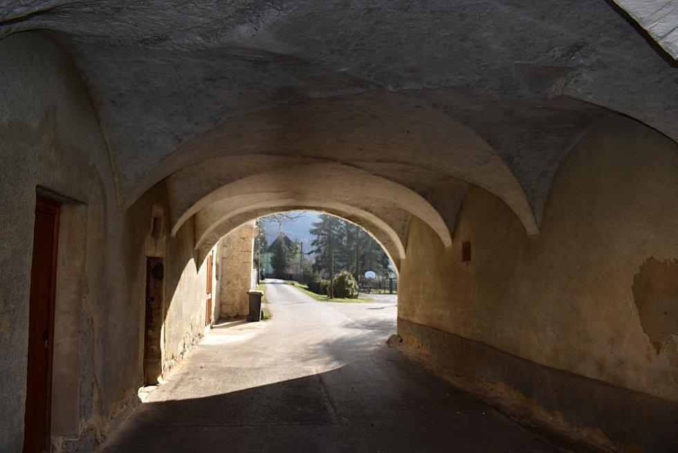 Těchlovice jsou malebná vesnice v údolí Labe.