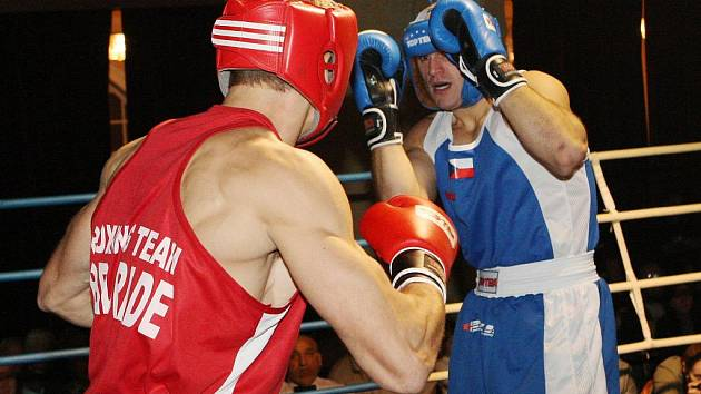 BOXEŘI Česka (v modrém) a Srbska potěšili Střelnici.