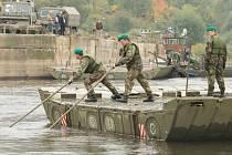 Třicet dva vojáků staví pontonový most na Labi