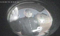 Tento muž je podezřelý z výběru desetitisícové částky z odcizené platební karty. K výběru došlo dne 16. října v 18:47 hodin.