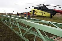 Vrtulník v Ludvíkovicích pomáhal vyměnit stožáry vysokého napětí.