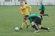 PŘESTŘELKA. Ve vyrovnaném utkání nakonec UNION Děčín (zelené dresy) doma porazil 4:3 Těchlovice.