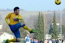 NIKOLAS DANÍČEK je zachycen při zápase proti Táborsku v letecké pozici. Varnsdorf nakonec snaživého soupeře udolal 2:1 a bude přezimovat na postupových pozicích.