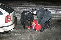 Mostečtí strážníci poslali opilou ženu do nemocnice. Za tři hodiny na ni narazili znovu, protože odtud utekla.