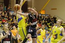 ODVETA  V DERBY. Z úvodního střetu v letošní sezoně vyšli vítězně basketbalisté Ústí, kteří zdolali Děčín po devíti letech.