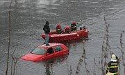 Muže ze střechy auta zachránili hasiči.