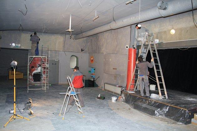 Během února řemeslníci nainstalovali vnější odhlučnění v Garáži.