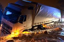Kamion skončil ve sněhové závěji