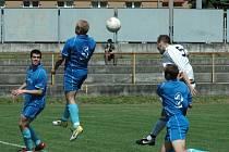 A JE HOTOVO. Fotbalisté Modré (v bílém) vyhráli 3:1 v Trmicích a slaví postup do krajského přeboru.