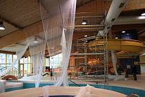 SÍŤ. Ochrannou síť umísťují v těchto dnech pracovníci specializované firmy pod střechu děčínské plavecké haly.