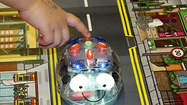 Robotické včelky si vyzkoušely děti z MŠ v Boleticích