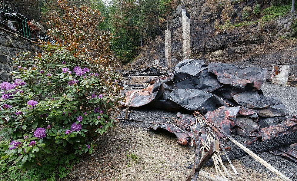 Požářiště, které zůstalo po dvou chatách Na Tokáni u Jetřichovic na Děčínsku, prohlédli a zdokumentovali památkáři.