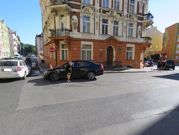 Auta se střetla na Mírovém náměstí vPodmoklech.