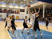 Zápas nadstavbové části basketbalové ligy mezi Děčínem a Opavou.