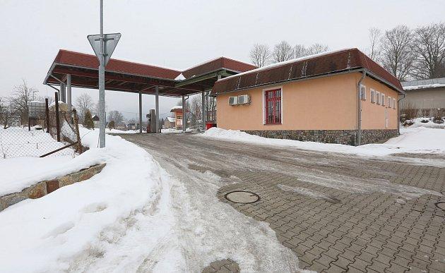 BENZÍNKA VCHŘIBSKÉ. Tuto čerpací stanici vChřibské využívá záchranka pro překládání pacientů při převozu do Děčína.