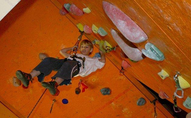 Na čtyři desítky horolezců z Horolezeckého klubu Sokol Bělá se v Děčíně pokusily na umělé stěně o překonání rekordu. Mezi soutěžícími byla i jedna z nejmladších účastnic Edita Holečková.