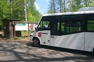 Mikrobus děčínského dopravního podniku u zoo.