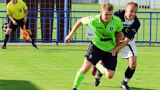 VILÉMOV (tmavé dresy) doma padl s Mosteckým FK 1:4.