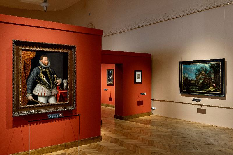 Výstava Rudolf II. Umění pro císaře - pohled do expozice, vpopředí Lucas van Valckenborch (1535 – 1597): Portrét císaře Rudolfa II. (Liechtenstein Collection Vaduz/Vienna), vpravo Pieter Stevens (1567 –   1626): Krajina sřekou a kamenným mostem (soukrom
