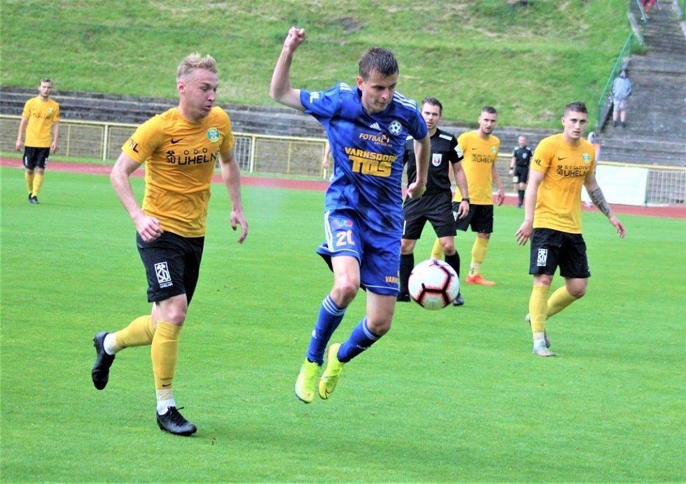 Další porážka. Varnsdorf (v modrém) nezvládl důležitý zápas v Sokolově a prohrál 0:1.