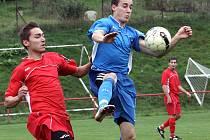 JÍLOVSKÝ KURTY (v modrém) vstřelil jedinou branku svého týmu v utkání proti Srbicím. Jílové prohrálo 1:2.