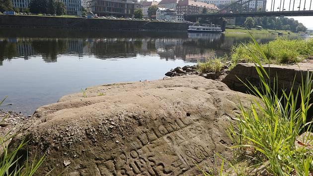 Sucho na Labi, jsou vidět hladové kameny.